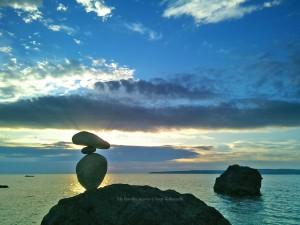 コバヤシイッセイ作・残光(佐渡の人面岩の前で、夕陽とのタイムトライアルでした。)