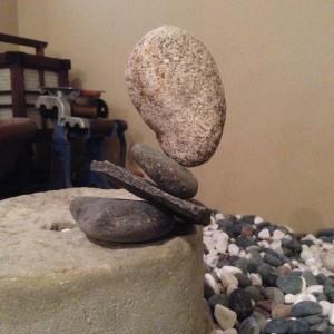 石花もっけい作・生命力: 近くの川や海は殆ど埋め立て整備されていて天然の川原や磯がないので 困っています。少しずつ集めた石で屋内石花をしています。